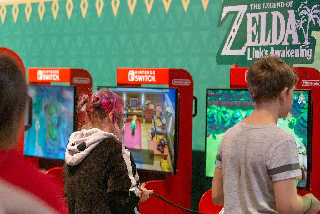 Kinder auf der Gamescom spielen das Videospiel The Legend of Zelda - Link's Awakening an der Nintendo Switch