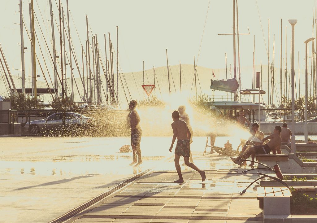 Kinder haben Spaß am Strand