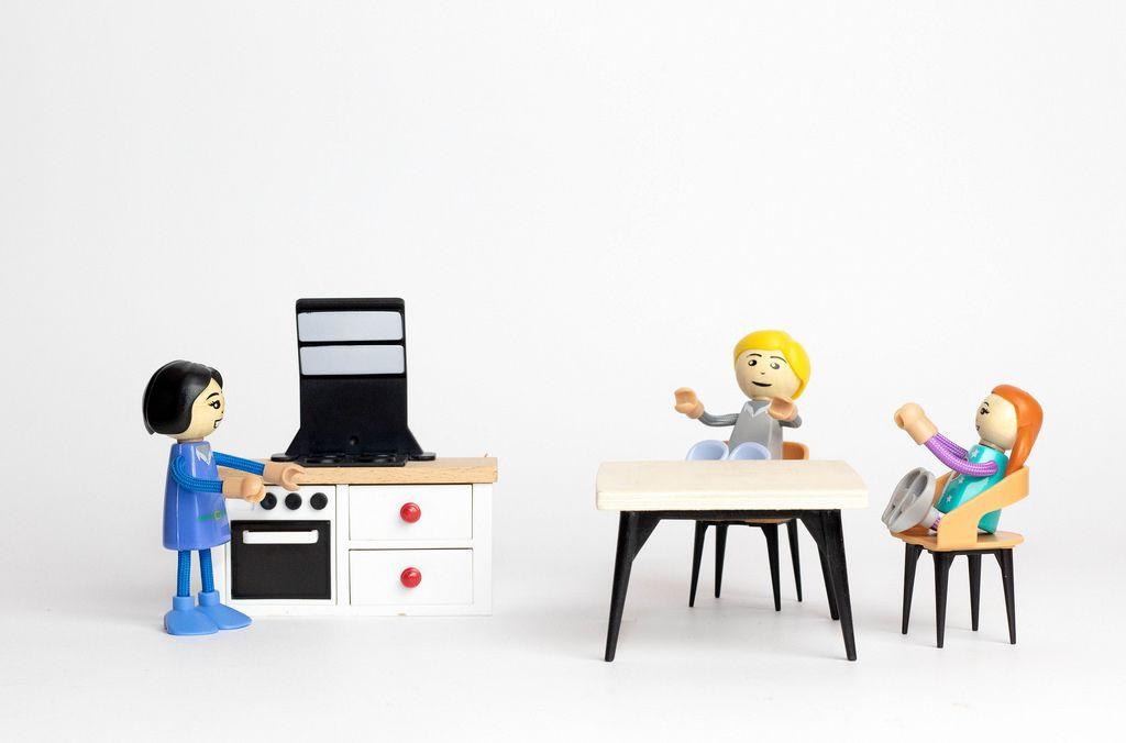 Kinder warten auf das Essen - Darstellung mit Holzfiguren