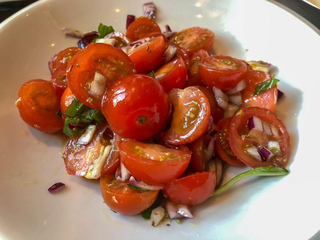 Kirschtomaten-Salat auf einem weißen Teller