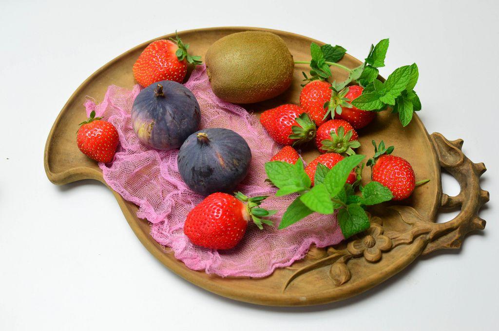Kiwi, figs, strawberries and mint