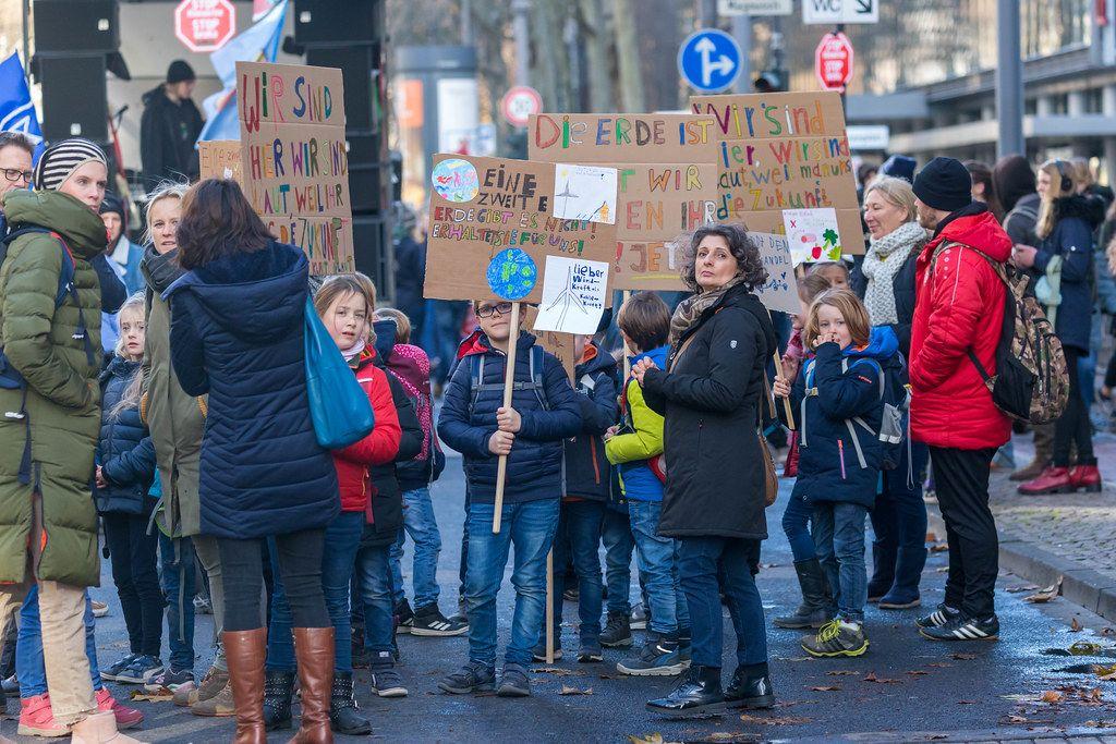 Klein und Groß demonstriert zusammen für das Klima am 29.11. in Köln