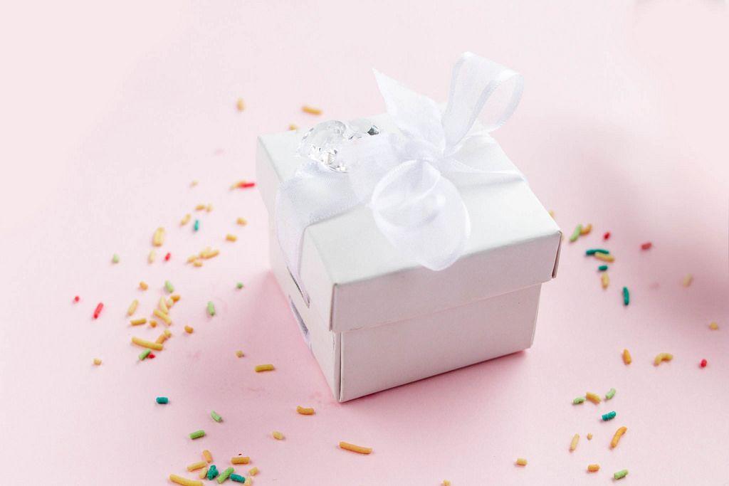 Kleine Geschenkbox mit bunter Streusel