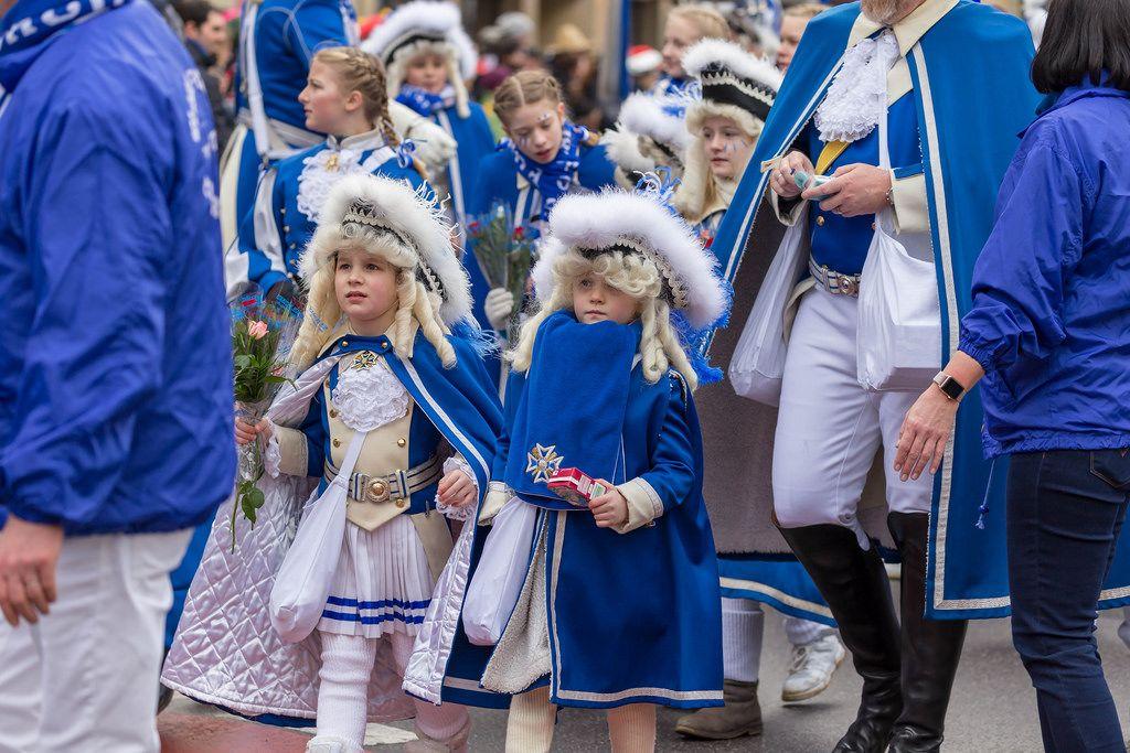 Kleine Mädchen in blau-weißer Uniform der Blauen Funken - Kölner Karneval 2018