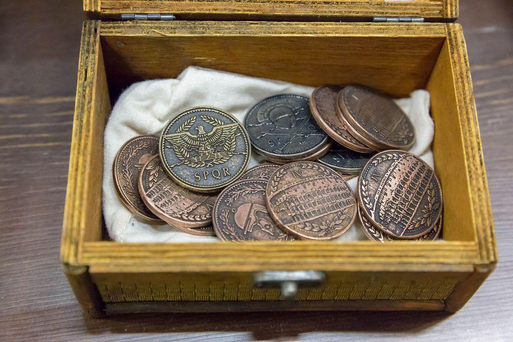 Kleine Schachtel mit LARP Münzen