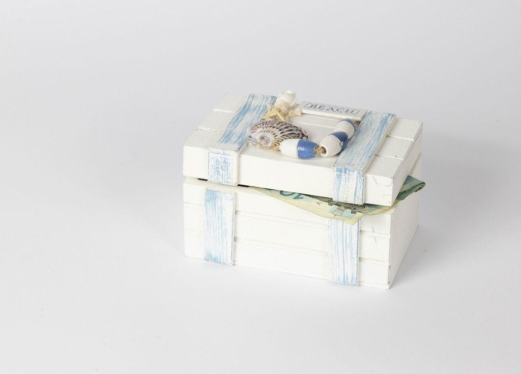 Kleine Schatztruhe mit Geld