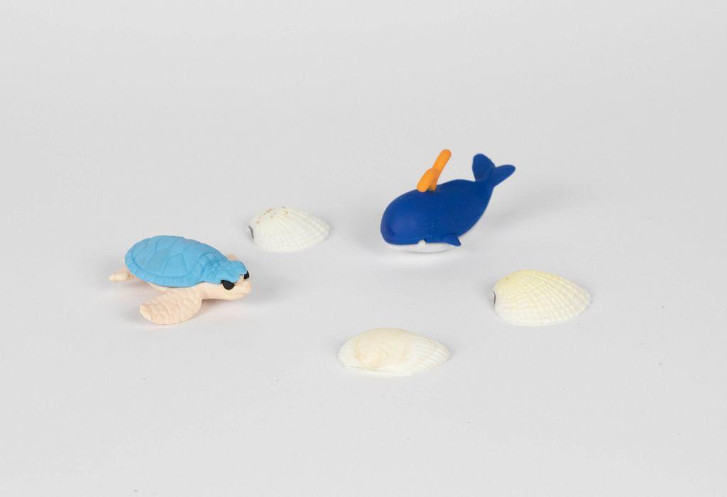 Kleine Schildkröte und Wal mit Muschelschalen
