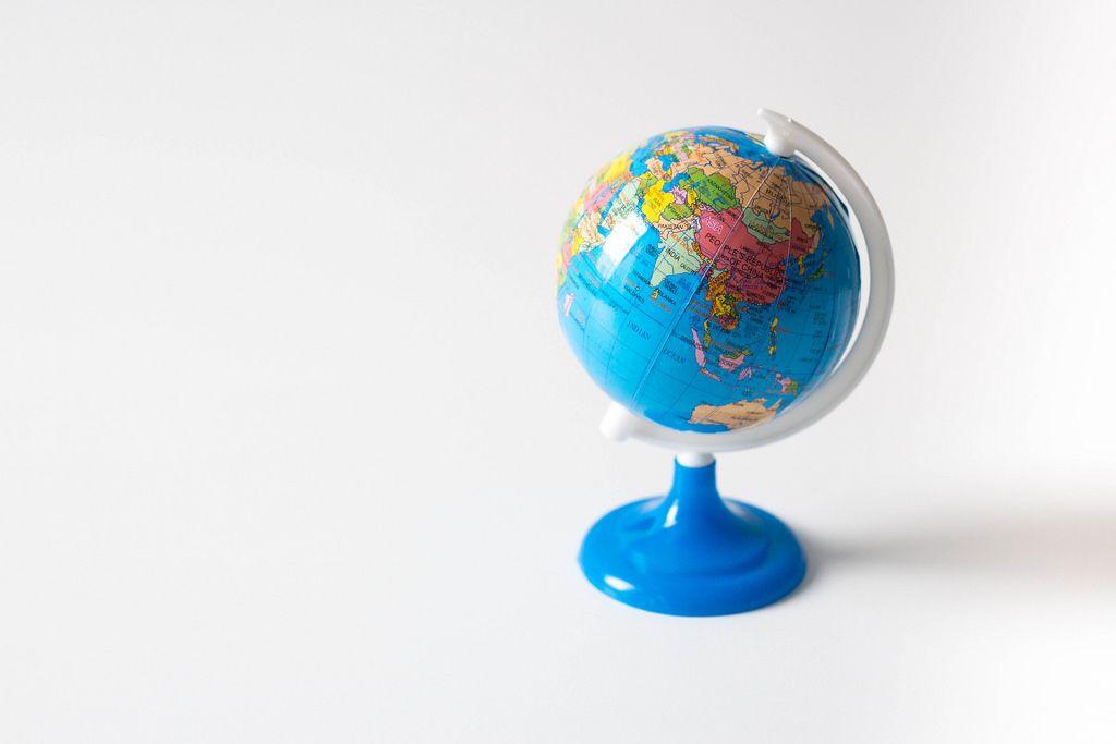 Kleiner Globus vor weißem Hintergrund