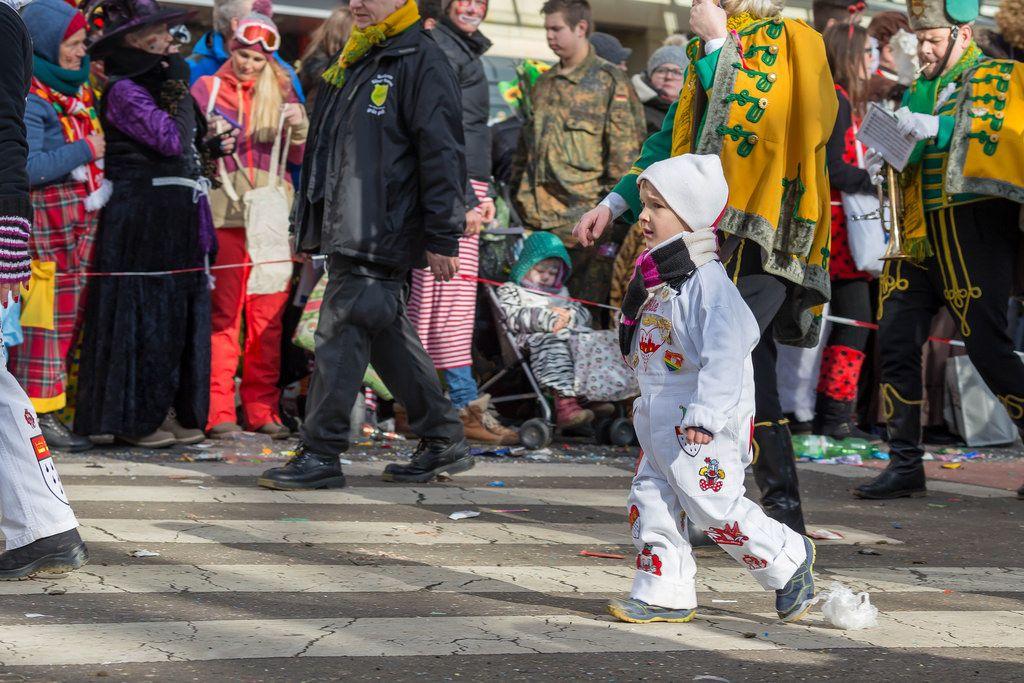 Kleiner Junge und die Kölner Husaren beim Rosenmontagszug - Kölner Karneval 2018