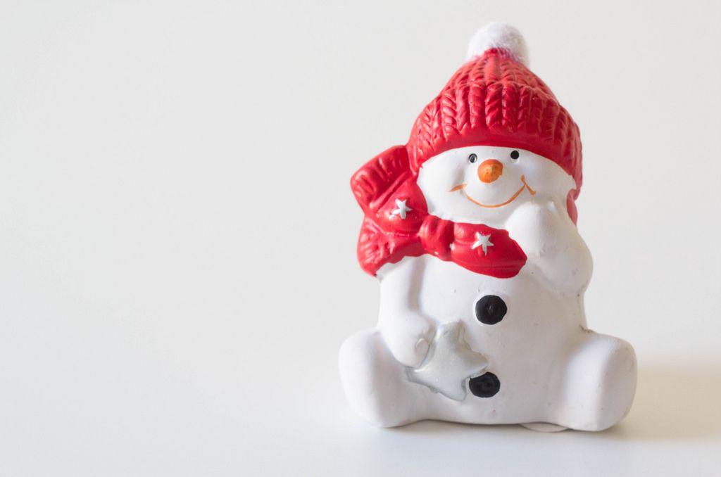 Kleiner Schneemann vor weißem Hintergrund