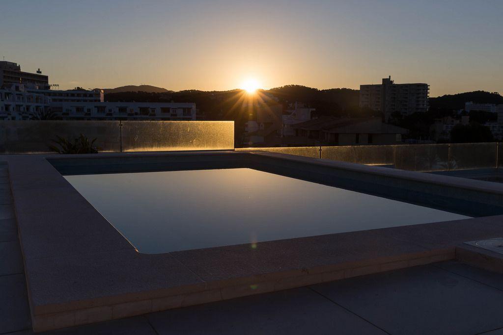 Kleines Schwimmbecken bei Sonnenaufgang