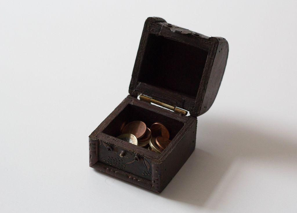 Kleingeld in einer kleine Holzkiste