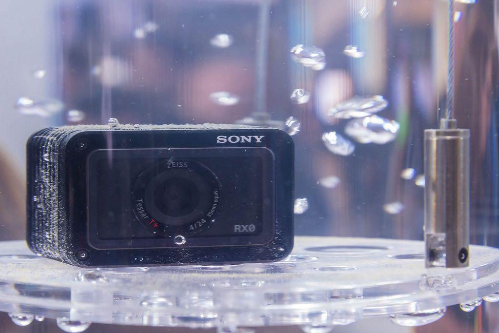Kleinste digitale Fotokamera der Welt: Die Sony RX0 unter Wasser an der Photokina in Köln