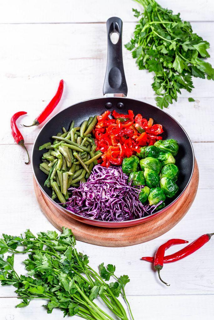 Kochen mit frischem Gemüse und Kräutern
