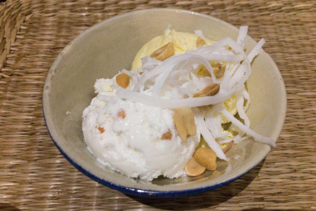 Kokoseis mit Erdnüssen
