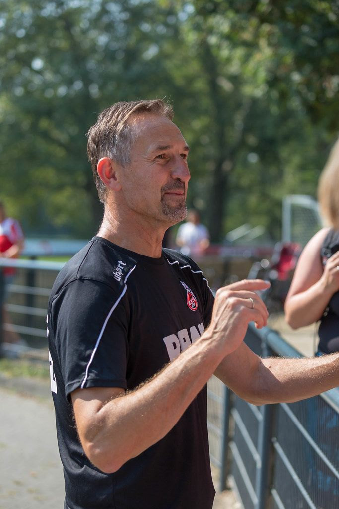 Kölner Mannschaftstrainer Achim Beierlorzer trifft Fußballfans nach dem Mannschaftstraining am Geißbockheim