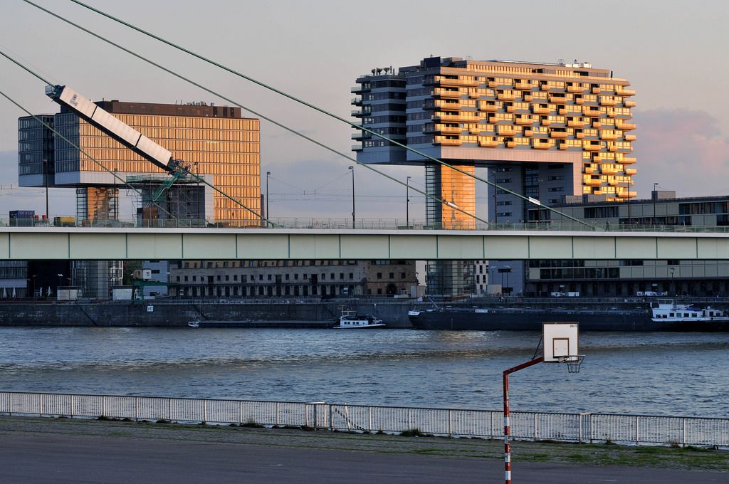Kölns Kranhäuser bei Sonnenuntergang