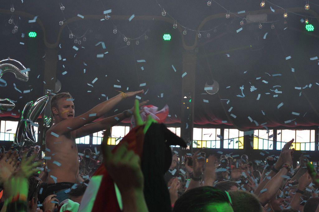 Konfetti über der tanzende Menschenmenge - Musikfestival Tomorrowland 2014