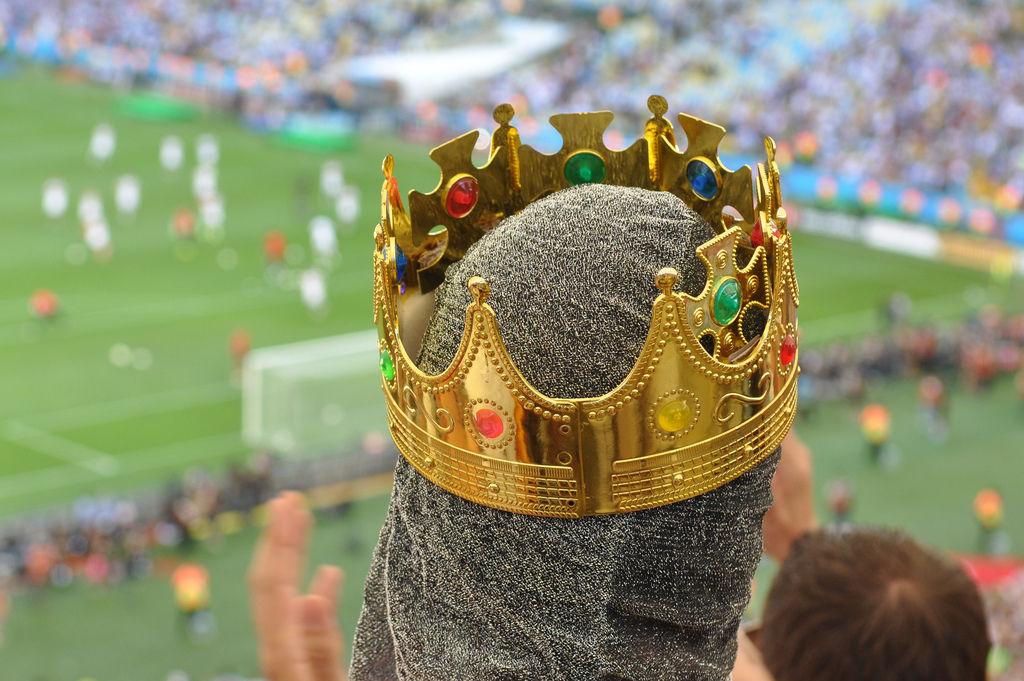König Fußball mit Kettenhemd und Krone