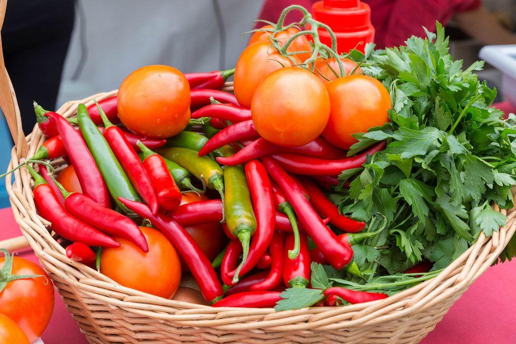 Korb mit Gemüse: Tomaten und Chillie