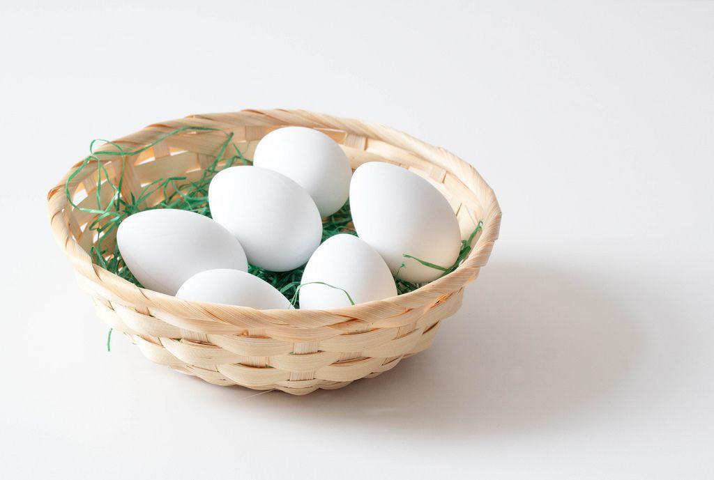 Korb voll von weißen Eiern