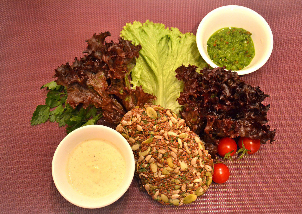 Kornbrot mit Soße und Salat