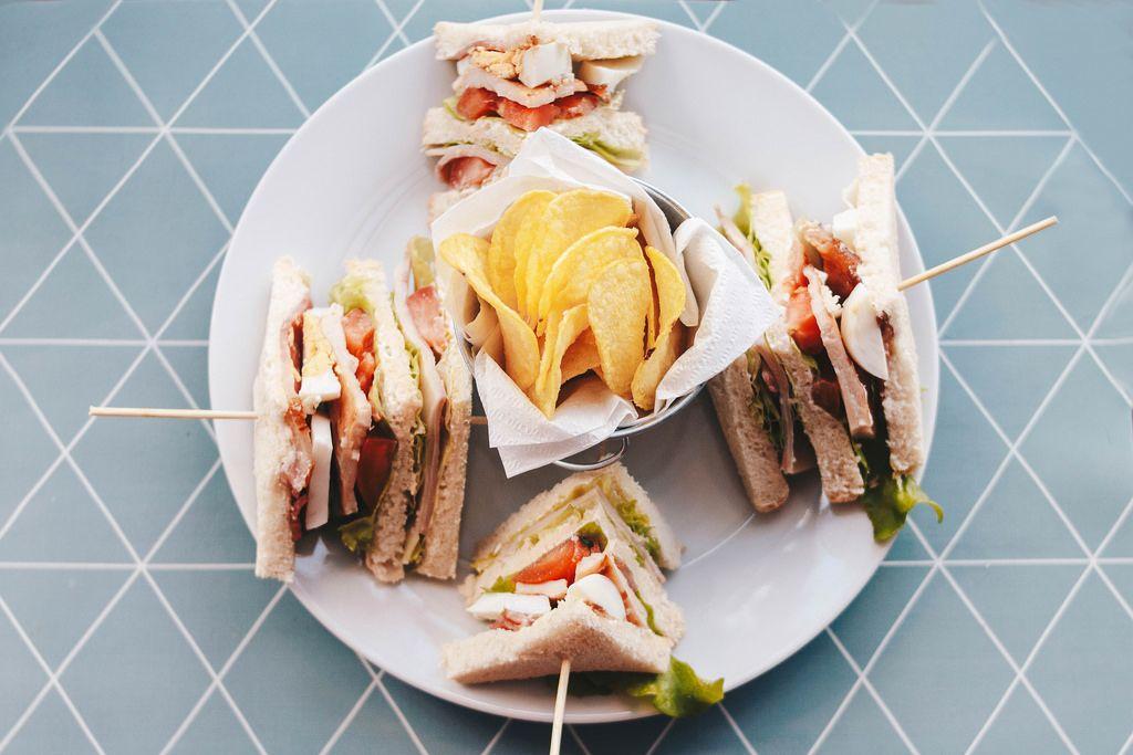 Köstliche Sandwiches und Chips, von oben fotografiert