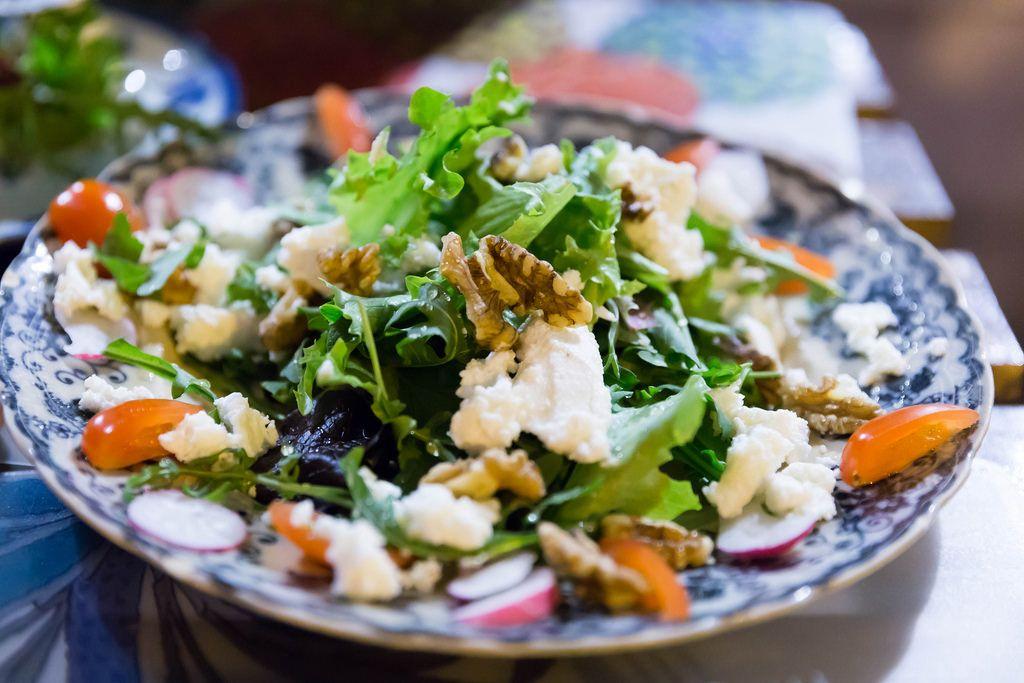 Köstlicher Salat: Cherrytomaten, Rukola, Walnüsse, Radieschen und Frischkäse