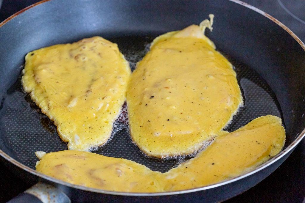 Koteletts im Teigmantel, werden in Öl in einer Bratpfanne angebraten