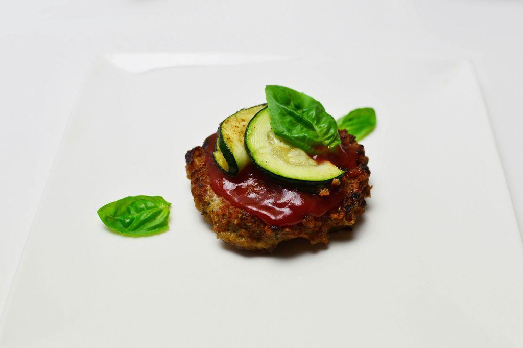 Kottlett mit Tomatensoße und Zucchini und Basilikum