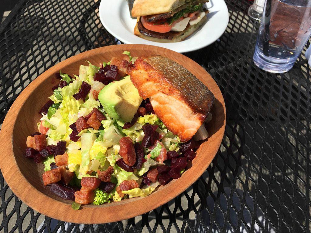 Kräftiges Mittagessen mit Grieben und Ribs in Boston, USA
