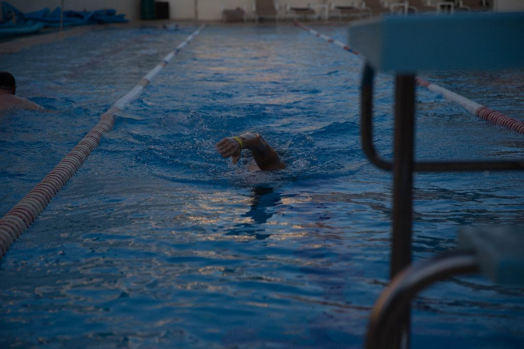 Kraulschwimmen im Schwimmbecken