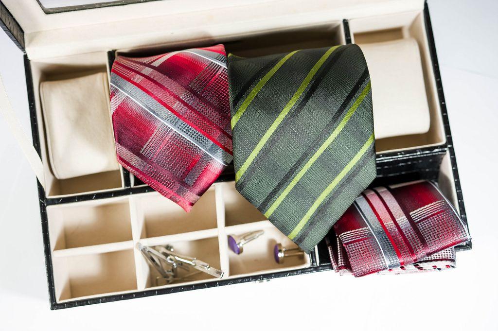 Krawatten, Manschettenknöpfe und Einstecktücher in einer Aufbewahrungsbox