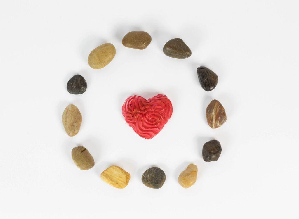 Kreis aus kleinen Steinen mit einem Herzen in der Mitte