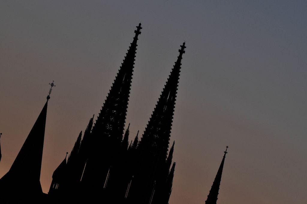 Kreuzblumen des Kölner Domes zu blauer Stunde