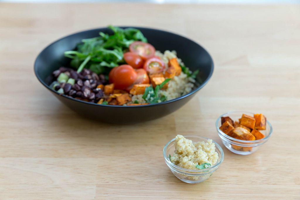 Kubanische Quinoa-Bowl mit Zutaten in winzigen Glasschüsseln