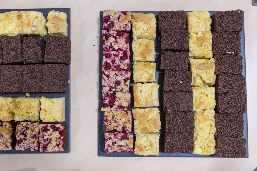 Kuchen auf einem Blech - Pflaumen, Apfel und Schokoladenkuchen in der Aufsicht
