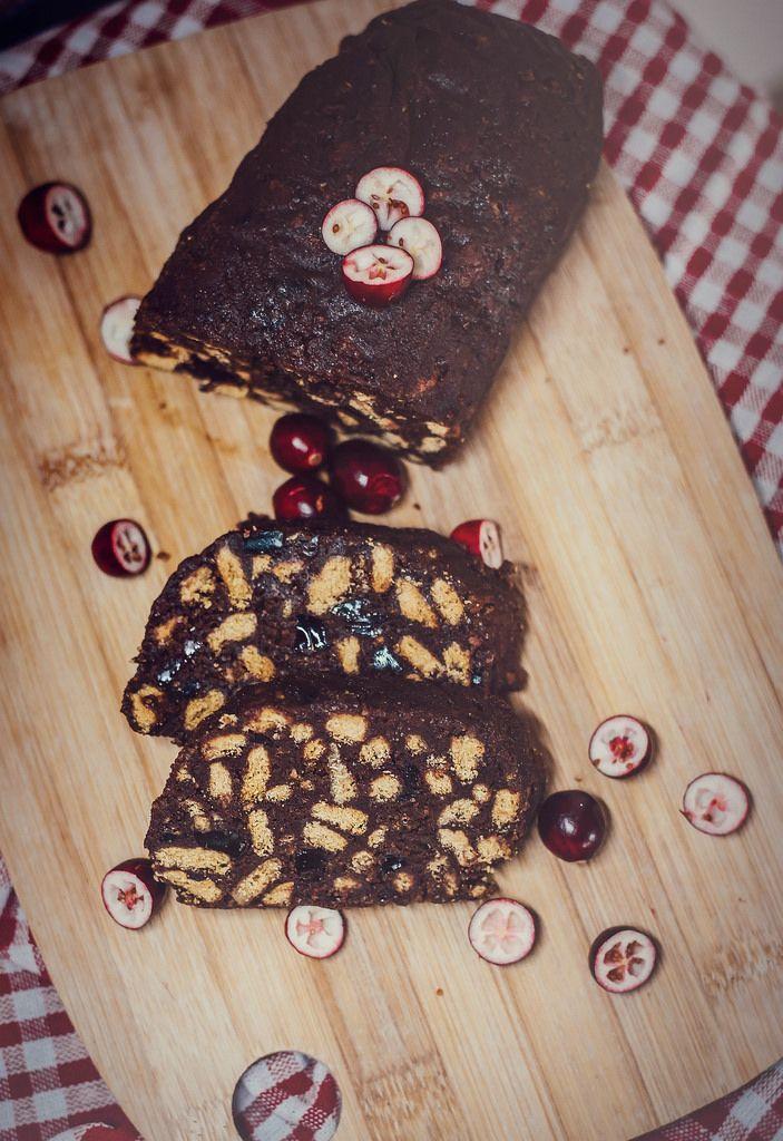 Kuchen mit Dunkelschokolade, Keksen und Beeren