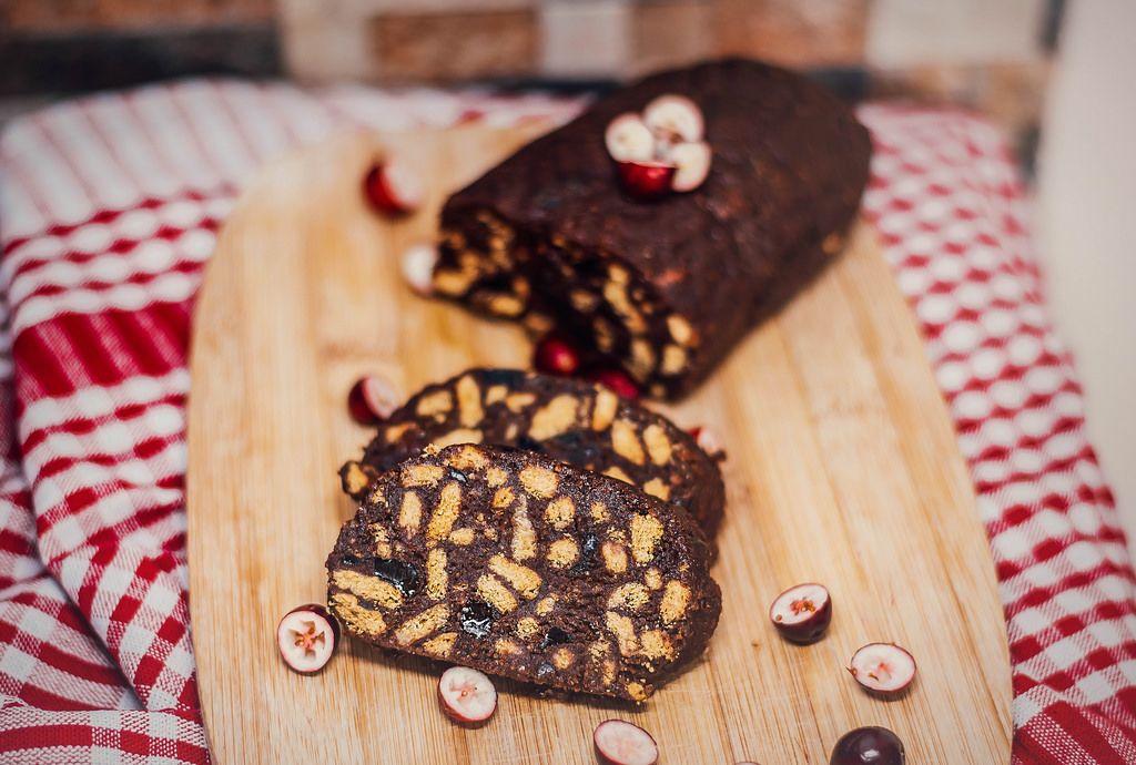 Kuchen mit Dunkelschokolade und Keksen