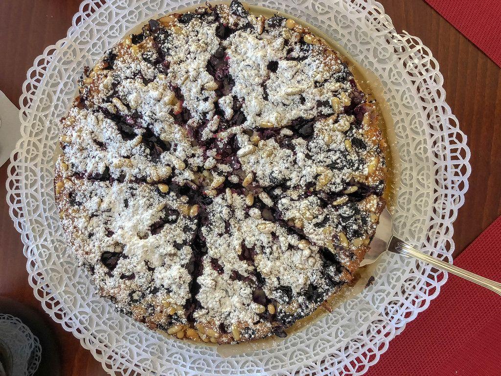 Kuchen mit Heidelbeeren-Marmelade und Pinienkernen. Draufsicht