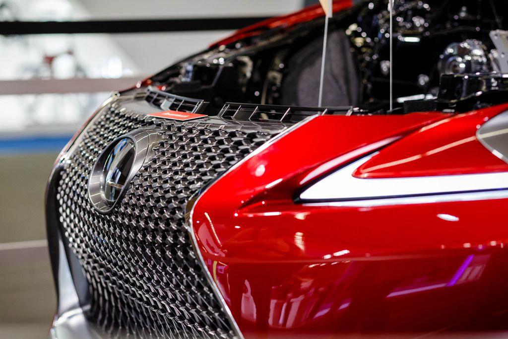 Kühlergrill des neuen Lexus LC 500 beim JTEKT Messestand bei der IAA 2017