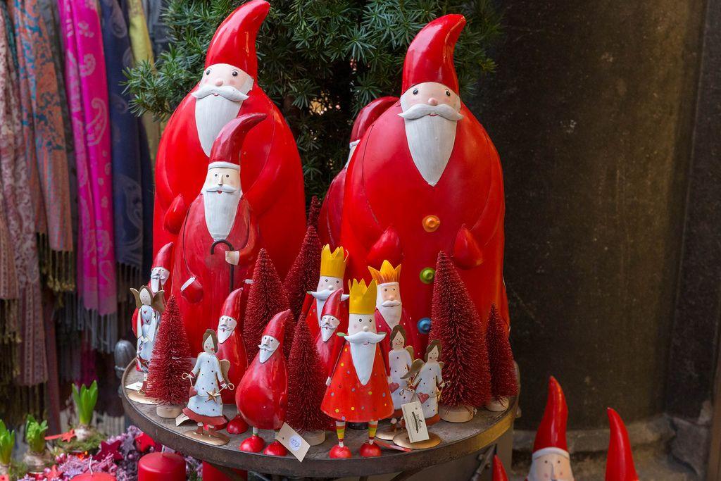 Künstlerische Nikoläuse, Engel, Kerzen und rote Tannenbäume für heimische Weihnachtsdekoration
