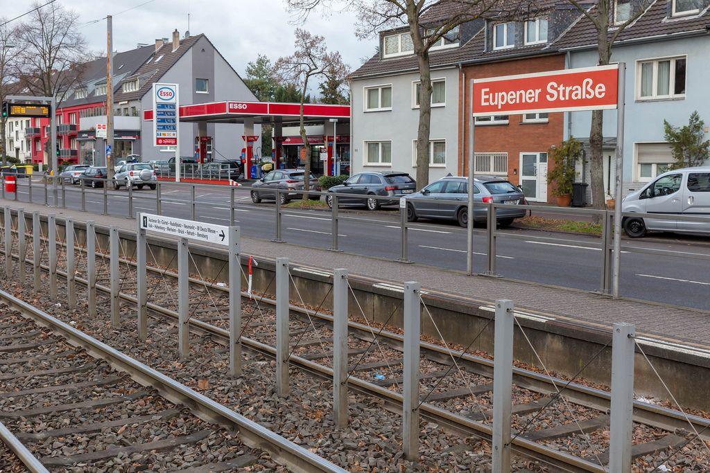 KVB-Station Eupener Straße mit Blick auf die Schienen der Kölner Stadtbahn