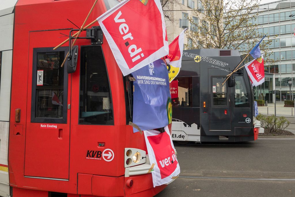 KVB Straßenbahnen mit Verdi-Fahnen