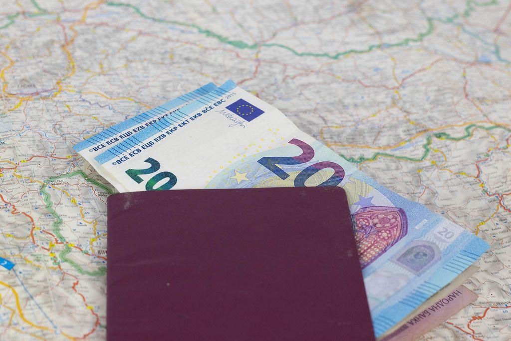 Landkarte, Reisepass und Geld. Urlaubsvorbereitung