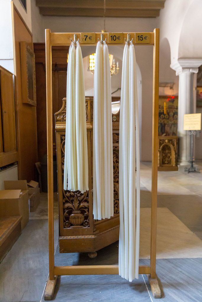 Lange, weiße Kerzen in der Kirche Hagios Demetrios