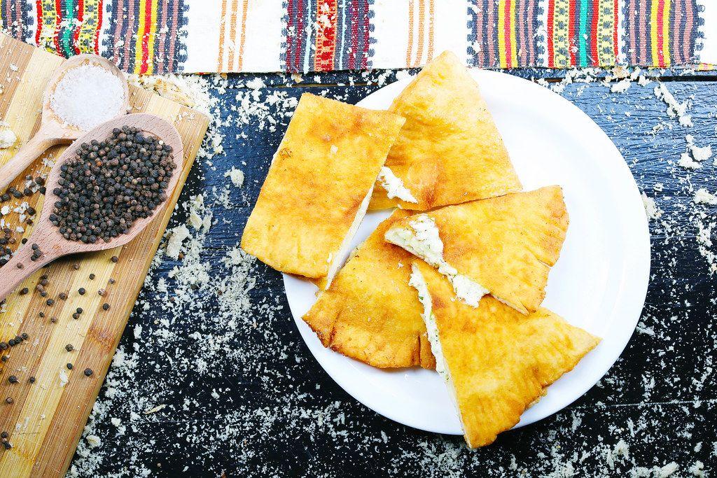 Lángos: Spezialität der ungarischen Küche. Gesalzener Teig mit Käse