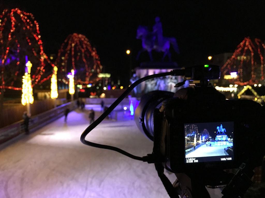 Langzeitbelichtung auf Weihnachtsmarkt Heumarkt in Köln mit Eisbahn und Reiterdenkmal