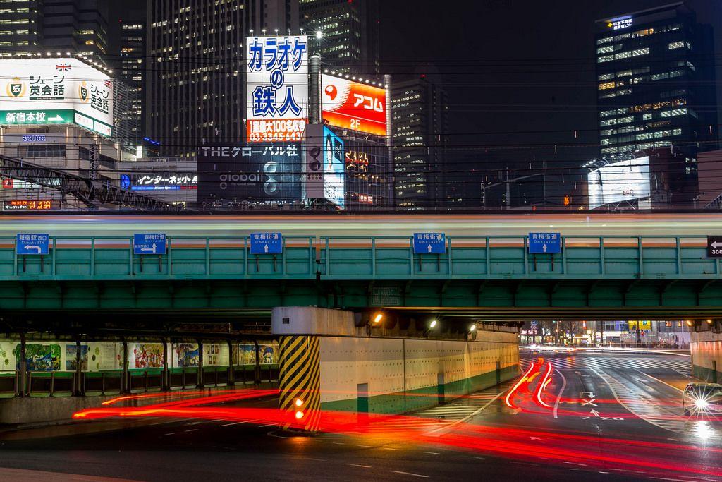 Langzeitbelichtung in Tokio: Wolkenkratzer, Zug und Autos mit Bremslichtern