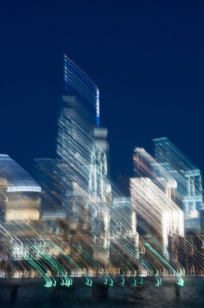 Langzeitbelichtung mit Bewegungsunschärfe von Wolkenkratzern, USA